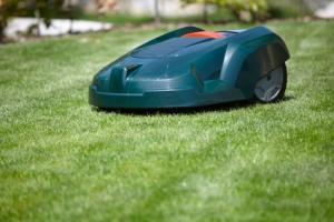 Rasenmäher-Roboter helfen bei der Gartenarbeit